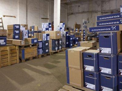 На складе тоже кипит работа, мы застали его по прибытии очередной партии насосов и комплектующих