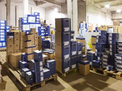 Чтобы обеспечить оперативную доставку запчастей и максимально сократить время ремонта оборудования с помещением Сервисного центра соседствует склад, заглянем и туда…