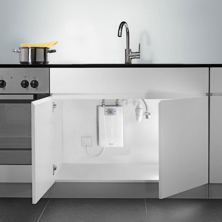 Установка водонагревателя Clage под кухонной раковиной